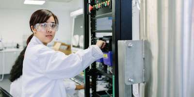 Undergraduate chemical engineering student working in the nuclear lab